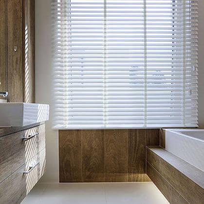 Holzjalousie 50mm im Badezimmer